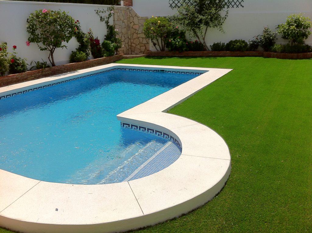 Instalaciones de c sped artificial en piscina y jardin for Piscina hinchable jardin