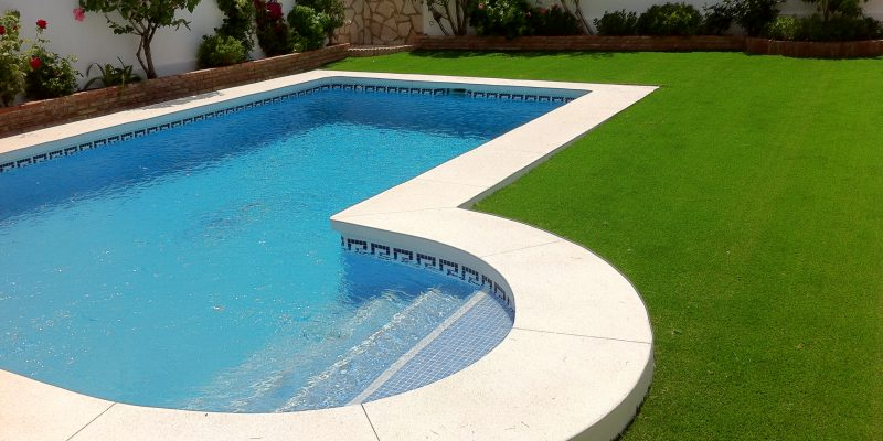 instalacin de csped artificial en piscina - Piscinas Jardin