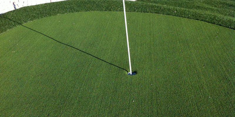 Instalación de césped artificial para campo de golf
