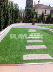 cesped artificial en jardin